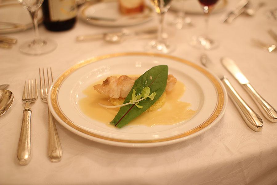 白身魚のポワレ ブルーブランソース サフランライス添え